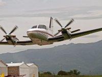 Avion regresando a la pista