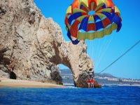 Los arcos y un paracaídas