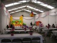 Piñata y mesas decoradas