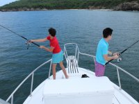 Jovenes pescando en el barco