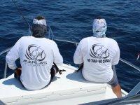 Sentados pescando en el barco