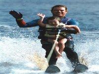 Niña esquiando