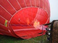Inflando el globo para volar