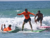 Clase práctica de surf en el agua