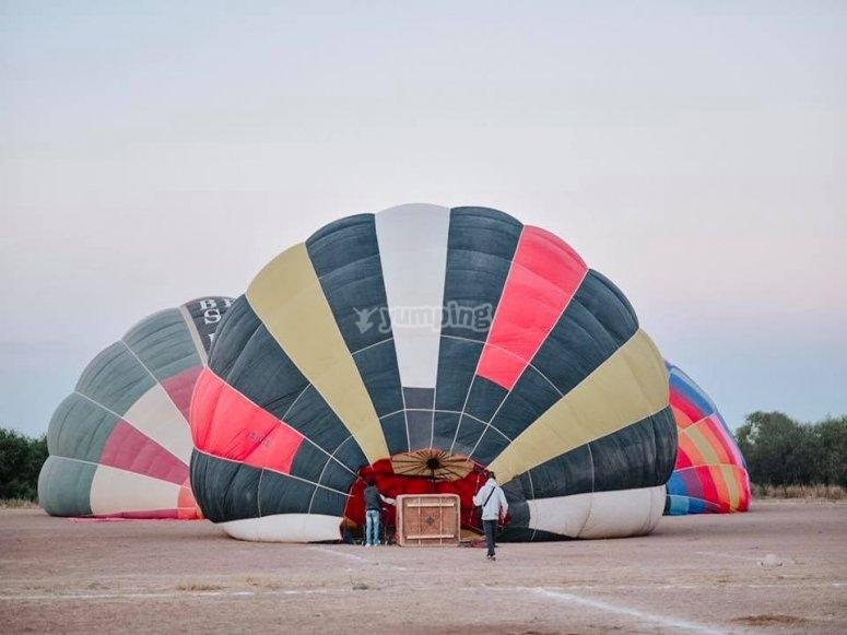 Preparando los globos para volar