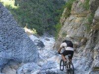 Bicicleta por terreno rocoso