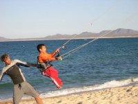 Niños en kitesurf