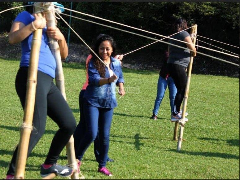 Equilibrio con palos y cuerda