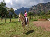 Chica a lomos del caballo