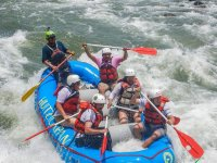 Descenso en rafting con chaleco salvavidas