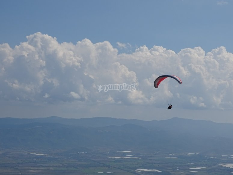 Cross the sky on our paragliding flight