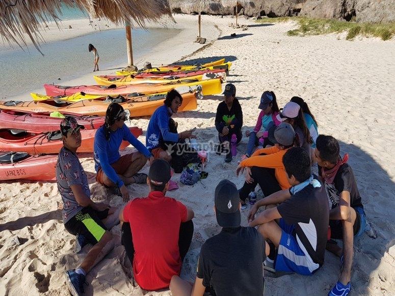 En la playa antes de hacer kayak