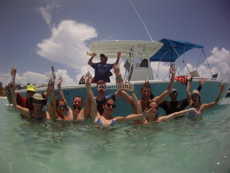 Salto al agua con amigos