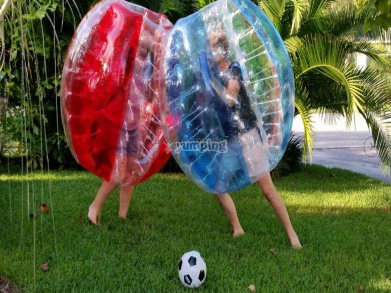 Juega fútbol zorbing