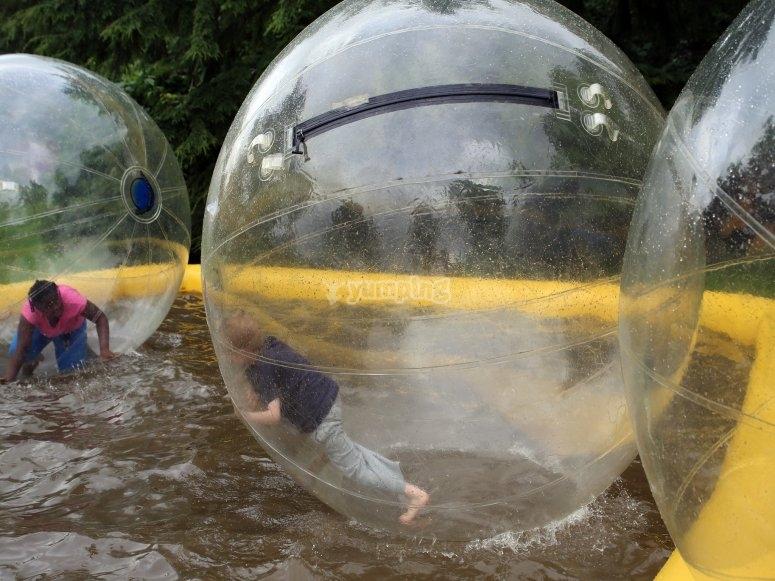 Retos dentro de las pelotas gigantes