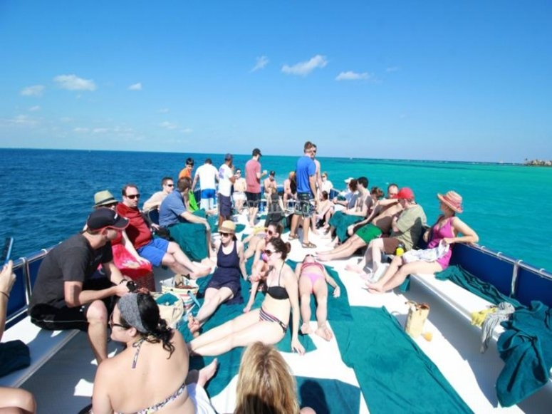 Fiesta de regreso a Cancún en el catamarán