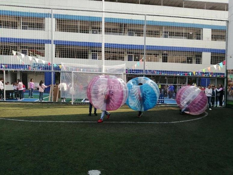 Partido de fútbol escolar con jumper balls