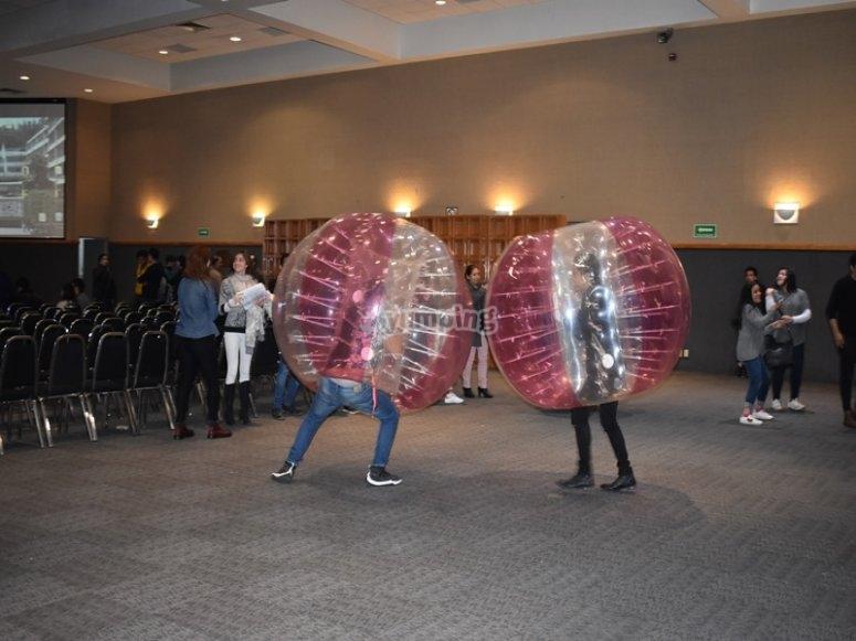 Amigos luchando con jumper balls