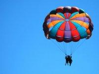 Haciendo parasailing
