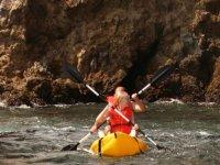 Kayaks flotando en agua