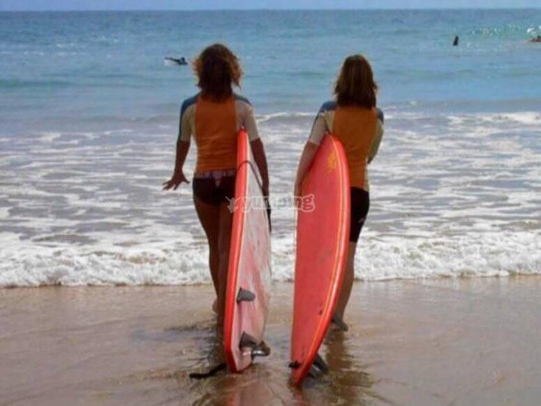 Realiza surf junto a tus amigas