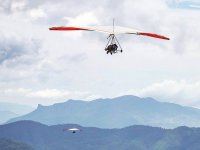 Despega y vuela sobre las montañas de México