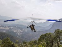 Siente la fuerza del viento al volar en parapente.