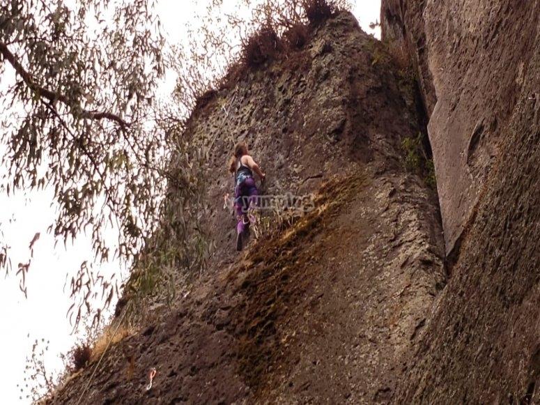 Disfrutando de las rocas para escalar