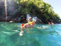 Niño en el agua con el equipo