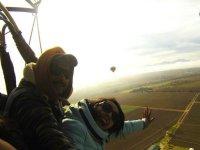 Pareja volando en globo