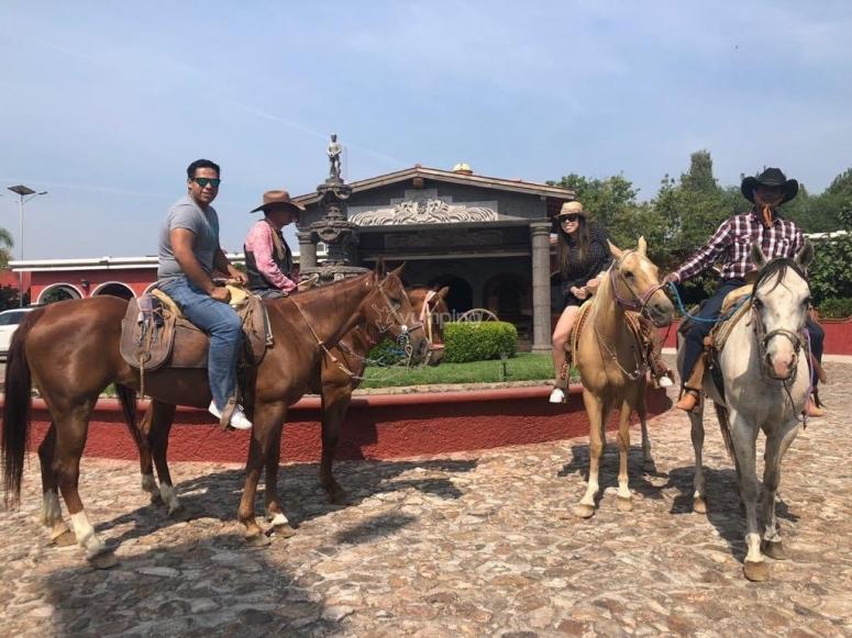 Cabalgata en hacienda
