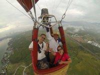Pareja volando en globo en Tequesquitengo