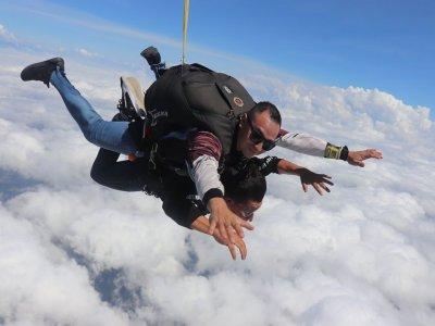 Tandem parachute jump 17,000 feet in Cuautla