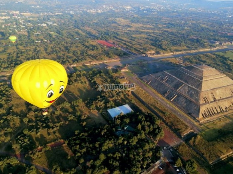 Balloon flying over the pyramid of the sun