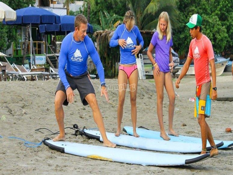 Lección de surf en la orilla