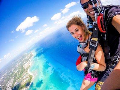 Tandem jump for tourists in Playa del Carmen