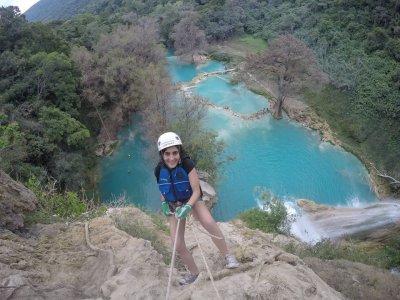 Tour a cascadas, tirolesa y rappel en Tamasopo 8h