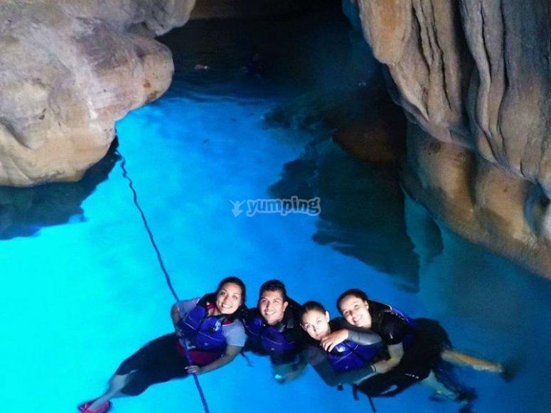 Nadando en cueva del agua