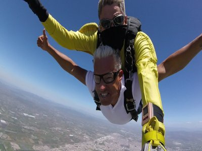 Parachute jump for couples over Celaya