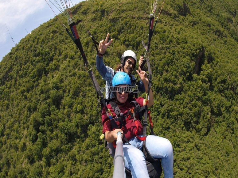 Posing for the photo in paragliding