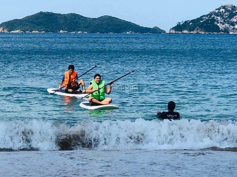 Amigos practiando Paddle en Acapulco