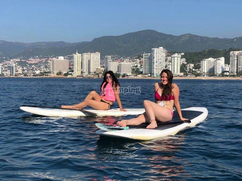 Amigas sobre las tablas de paddle surf