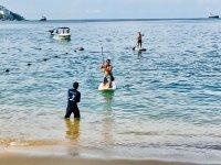 En la orilla junto al experto de paddel surf