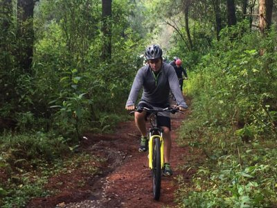 Cycling route through the Valle de Bravo forest