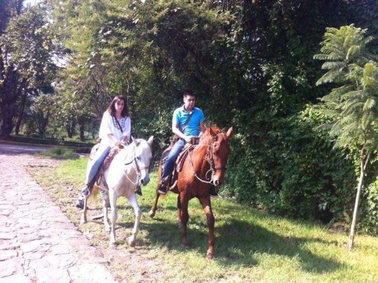 Horseback riding as a couple in Valle de Bravo