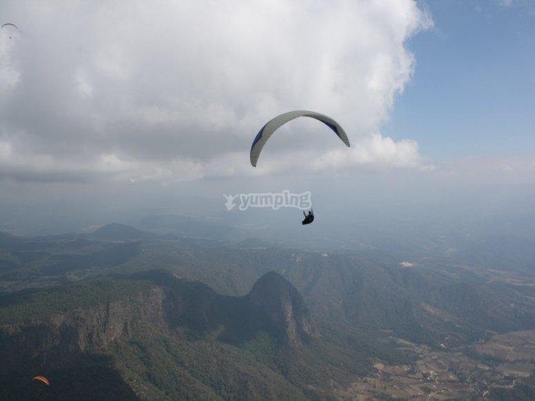Paisaje con vuelo en parapente
