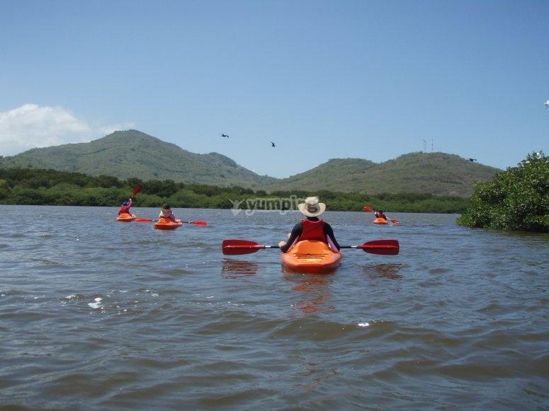 Equipo remando en kayak