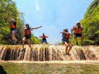 Diversión saltando cascadas