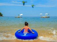 Pequeña disfrutando la playa