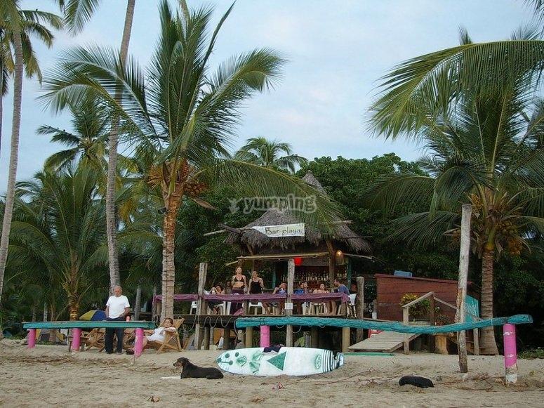 Bar a la orilla del mar